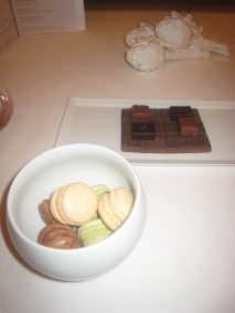 Pre-dessert - Chocolats; et Macarons de pistache, de 'Bounty' et de chocolat ganache blanc