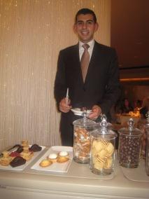 Mignardises & Gourmandises - Ahmad avec le chariot de bonbons