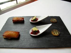 Toast avec Poivré; Betterave, Fromage de Chèvre; et Financier avec Legumes Provençal
