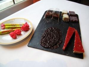 Pâtes de Framboises; Nougat Classic; Caramel au Beurre Salé; Tartelette de Praline Rosé; et Tuile de Carambar