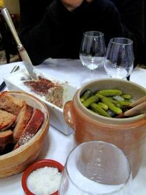 la Régalade - Canapés: Pâté de campagne 'la Régalade', cornichons et pain de campagne