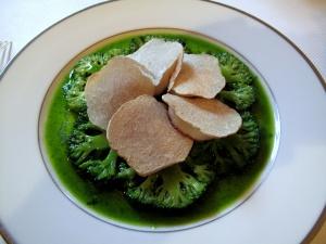 l'Ambroisie - Corolle de noix de Saint-Jacques et brocoli à la truffe blanche d'Alba