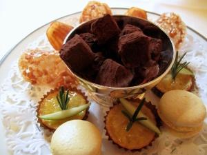 l'Ambroisie - Petit Fours - Madeleine à la vanille; truffe chocolat; tartelette Normandie; macaron citron; et tuile d'amandes