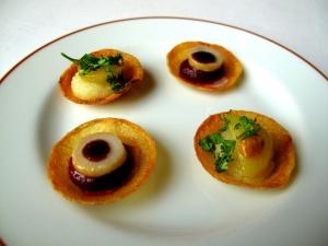l'Arpège - Amuse Bouche 1- les Tartelettes: Mousseline de betterave et vinaigre balsamique; et mousseline de poire avec carotte jaune et praliné de noisette 2