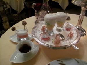 Lasserre - Petit Fours: Pina Colada; Caramel avec fruit de passion; macaron citron; truffes chocolats; truffes enrobés; pâte à choux avec crème à la pistache; et crème au citron meringue