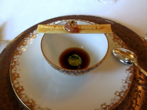 le Meurice - Amuse Bouche 1: Gelée de langoustine, crème d'avocat et crevettes