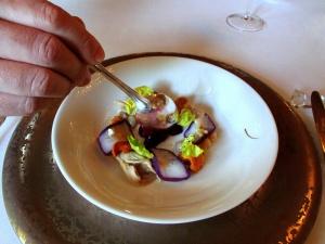 le Meurice - Fins coquillages ouverts à cru au corail d'oursin, gelée de chou rouge relevée au genièvre