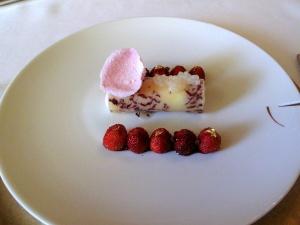 le Meurice - Pâté d'amande imprimée aux pétales de rose; Fraises de bois au jus réduit de grenades