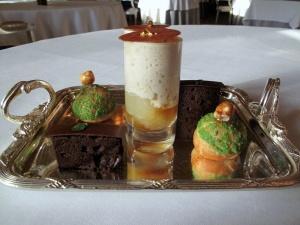 le Meurice - Petit Fours: Poire rôti et crème de marron; choux à la crème; et biscuit de chocolat avec menthe