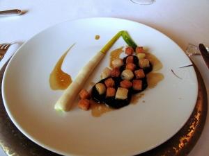 le Meurice - Poireaux à la Béchamel; Truffes cuites en papillote avec un beau morceau de moelle