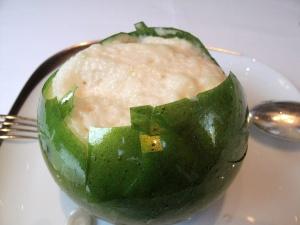 Le Pré Catelan - la Pomme: dedans le Soufflée croustillante; Créme glacée « Carambar »; Cidre et Sucre pétillant