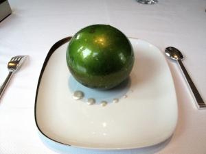 Le Pré Catelan - la Pomme: Soufflée croustillante; Créme glacée « Carambar »; Cidre et Sucre pétillant
