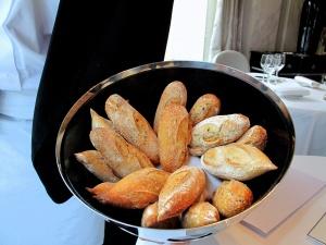 Le Pré Catelan - les Pains: Baguette et pain des céréales
