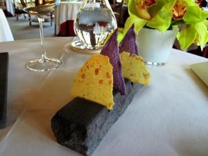 Ledoyen - Amuse Bouche 1: Tuiles de polenta et chips de pomme de terre violette