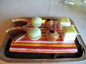 Ledoyen - Petit Fours: Île flottante; boule au café; macaron pistache; et tarte cannelle