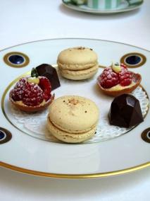 Stella Maris - Petit Fours: Macaron caramel au beurre salé; chocolat praliné; et tarte framboise