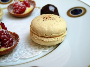 Stella Maris - Petit Fours: Macaron caramel au beurre salé; chocolat praliné; et tarte framboise 2