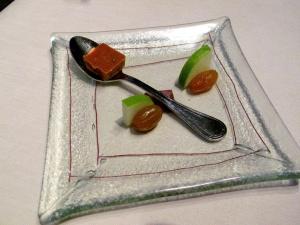 l'Astrance - Amuse Bouche 1: Biscuit sablé et feuille de thym; pomme vert et raisin au café et cognac