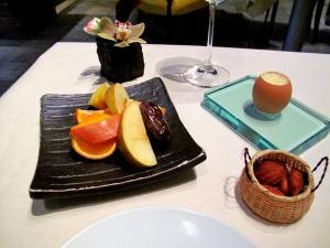 l'Astrance - Petit Fours: Lait de poule, madeleines au miel de châtaignier, fruits frais de saison