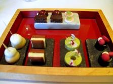 Oud Sluis -  Migniardises - Gelée de cassis; crème de pistache; duo; boule de café; sandwich de chocolate avec tonka; chocolat truffe; et meringue de citron vert