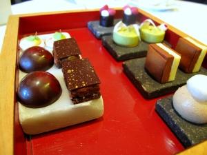 Oud Sluis -  Migniardises - Gelée de cassis; crème de pistache; duo; boule de café; sandwich de chocolate avec tonka; chocolat truffe; et meringue de citron vert 2