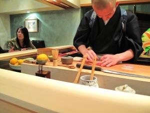 Urasawa - Hiro making nigiri 4