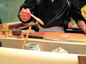 Urasawa - Hiro making nigiri 5