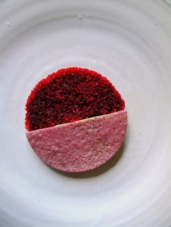 Noma - Rødbede og skovmærke; Creme fraiche og syltet hybenrose 3