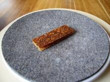 Noma - Rugbrød, kyllingeskind, stenbiderrogn og rygeost