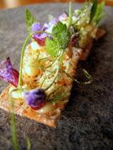 Noma - Toast, vilde urter, pighvarrogn og eddike