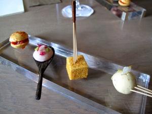 Pic - Amuse Bouche - Boule de foie gras vinaigre, pomme Granny Smith; guimauve cacahuète salé; mousse onctueuse d'anchois, radis croquant; et macaron tomates confites