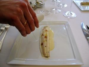 Pic - le Sole de petits bateaux; cuite lentement au beurre demi-sel; aromatisée aux baies de genièvre; poireau fondant à la bergamote - le service