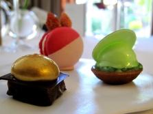Pic - Petit Fours - Macaron frais des bois et ylang  ylang; tartelette aux pommes et manzana; et chocolat noir avec caramel beurre salé 2