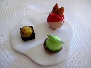 Pic - Petit Fours - Macaron frais des bois et ylang  ylang; tartelette aux pommes et manzana; et chocolat noir avec caramel beurre salé