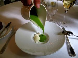 Søllerød Kro - Amuse Bouche - Grøn gazpacho – Sorbet på oliven – Sne 2