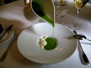 Søllerød Kro - Amuse Bouche - Grøn gazpacho – Sorbet på oliven – Sne 3