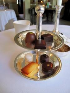 Søllerød Kro - Petit Fours - Trøffels på chokoladen, macaron på citron og financier på tonka