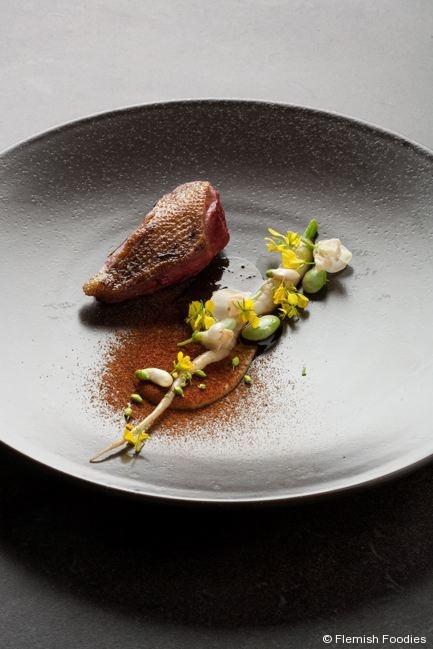 In de Wulf - Pigeon de Steenvoorde maturé et cuit au foin, légumes 'Zwartemolen', jus au foin - Kobe Desramaults